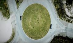 원형 교차로 공원섬에서 축구를? 그렇다면 골대는?