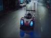 방콕의 밤을 가로지르는 포르쉐